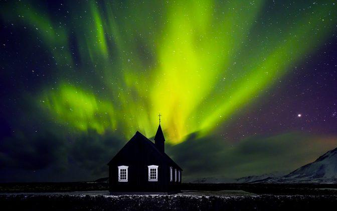 beautiful-northern-light-over-church